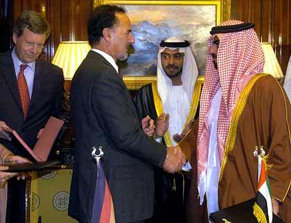 Erfolgreich: VW-Chef Bernd Pischetsrieder und der Wirtschaftsminister der Vereinigten Arabischen Emirate, Scheich Hamed