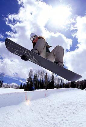 Hannah Teter lässt grüßen: Eine Snowboarderin in einer Halfpipe in Trenchtown