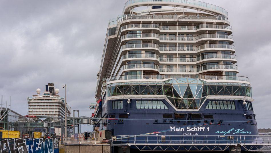 Oberkante Unterkiefer: Tui verhandelt mit dem Staat über neues Geld. Tui-Kreuzfahrtschiffe liegen im Kieler Hafen, nachdem das Beherbergungsverbot die geplanten Minikreuzfahrten durchkreuzte.