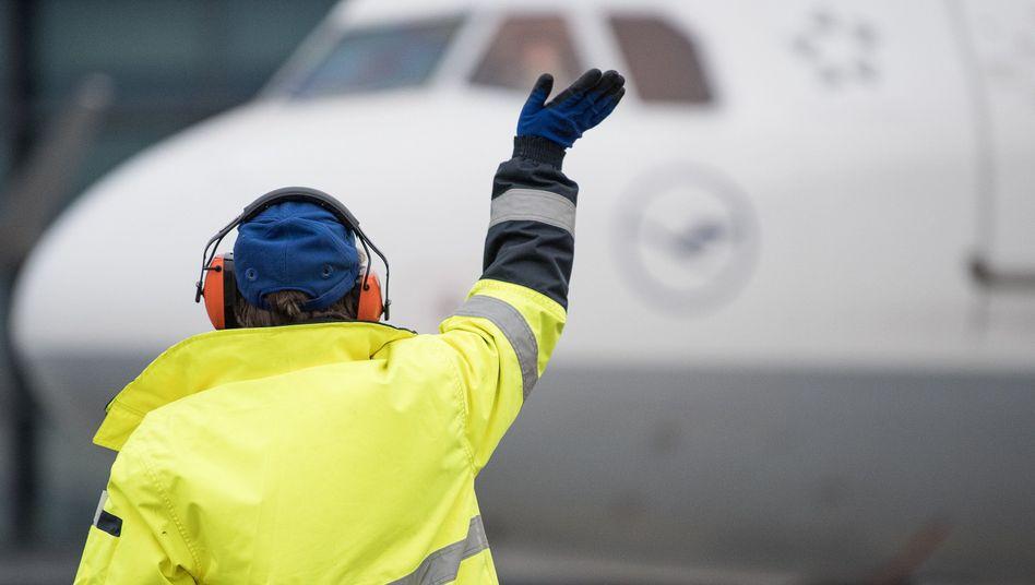 Lufthansa-Mitarbeiter auf dem Frankfurter Flughafen: Die Gewerkschaft fordert einen wirksamen Kündigungsschutz für ihre Einsparungen