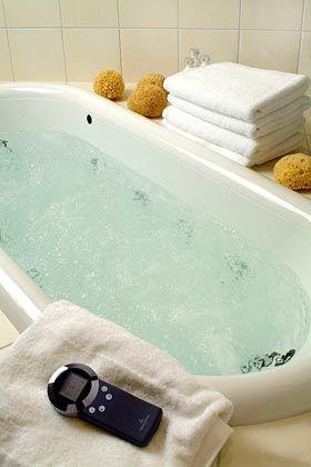Mögliche Alternative: Die Whirlwannen kosten in einfacher Ausführung etwa 2000 Euro mehr als normale Badewannen