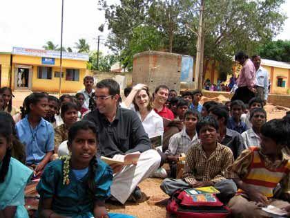 Erweiterter Horizont:PwC-Manager Harald Kayser (mit Brille) beim Besuch einer Schule in Indien