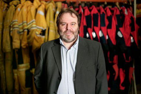 Roland Hipp, 49, ist Kampagnen- Geschäftsführer von Greenpeace Deutschland. Der gebürtige Schwabe engagiert sich seit den achtziger Jahren in der Anti- Atom- Bewegung und hat Greenpeace in Süddeutschland mit aufgebaut. Seit 1991 ist er bei der Organisation fest angestellt. Greenpeace gehört zu den größten und aktivsten Umweltgruppen der Welt.
