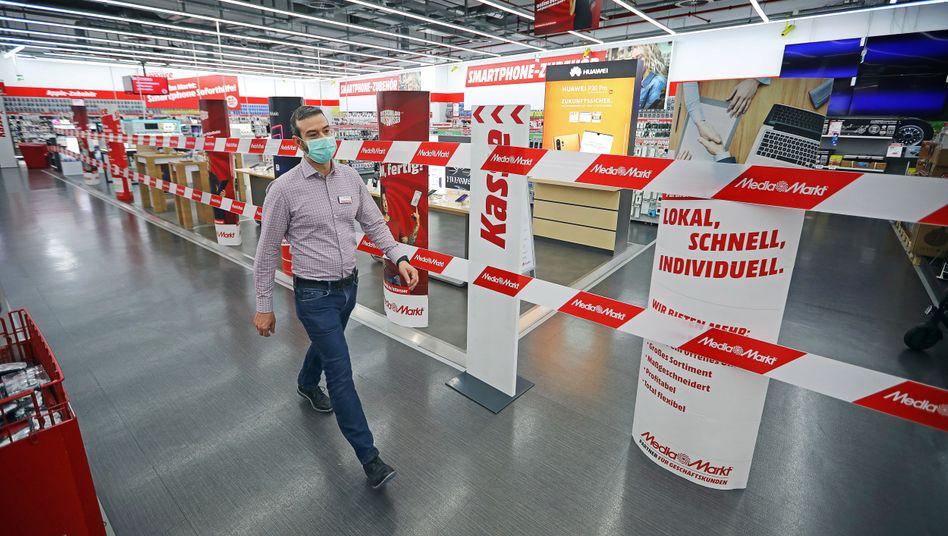 """""""Adaption im Krisenmodus"""": Kunde in einem wieder eröffneten MediaMarkt in Berlin"""