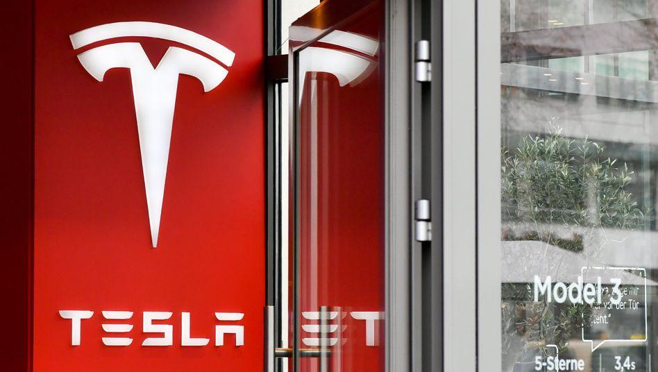 Tesla-Logo in Berlin: Der E-Autobauer profitiert von der Schwäche des Elektro-Lastwagenbauers Nikola
