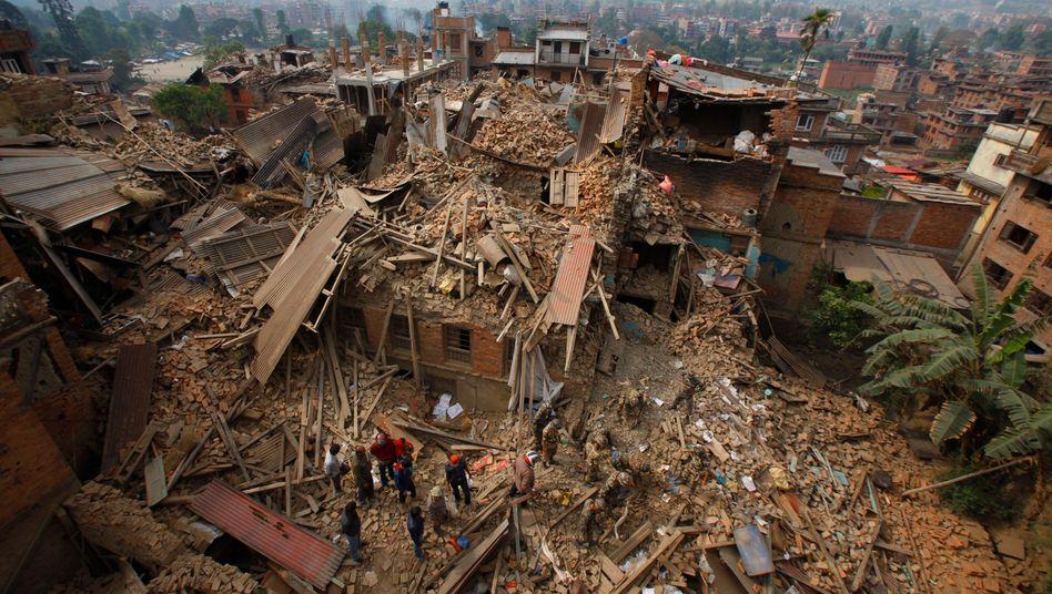 Königsstadt Bhaktapur nahe Kathmandu: Die Zerstörung der Jahrtausende alten Kulturstätten hat auch erhebliche ökonomische Konsequenzen für Nepal. Sie sind ein wichtiger Garant für Touristen, die zentrale Einnahmequelle des extrem armen Land. In Kathmandu starten die Busse für die meisten Treckingtouren - etwa in die atemberaubende Annapurna-Region