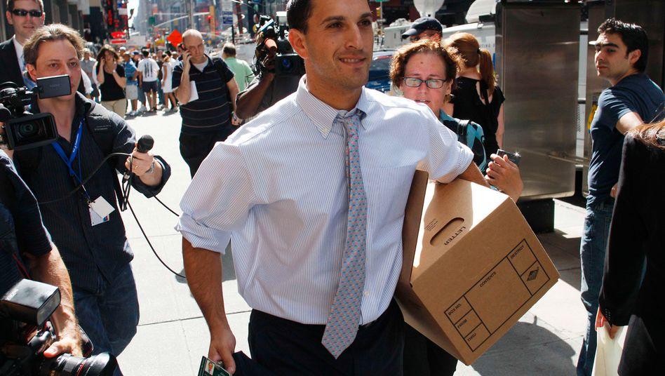 Ein Mitarbeiter von Lehman Brothers tritt nach der Insolvenz der Bank 2008 auf die Straße in New York