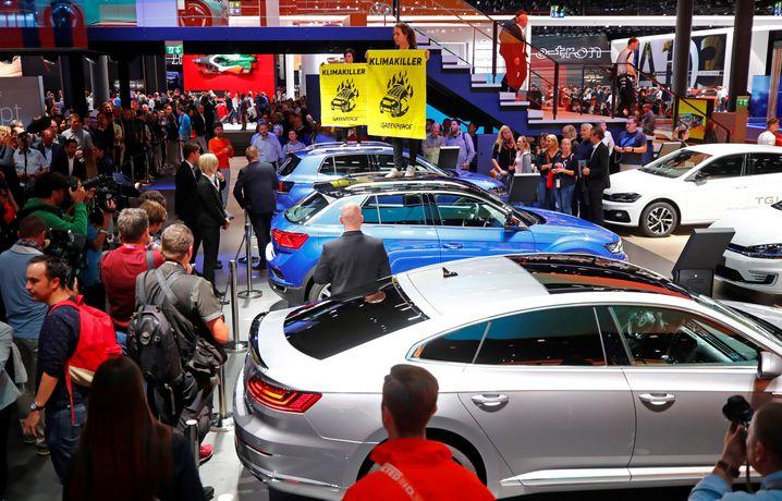 IAA 2019 in Frankfurt: Greenpeace-Aktivisten hatten die Branchenmesse für Proteste gegen das Auto genutzt. Jetzt zieht die Messe nach München