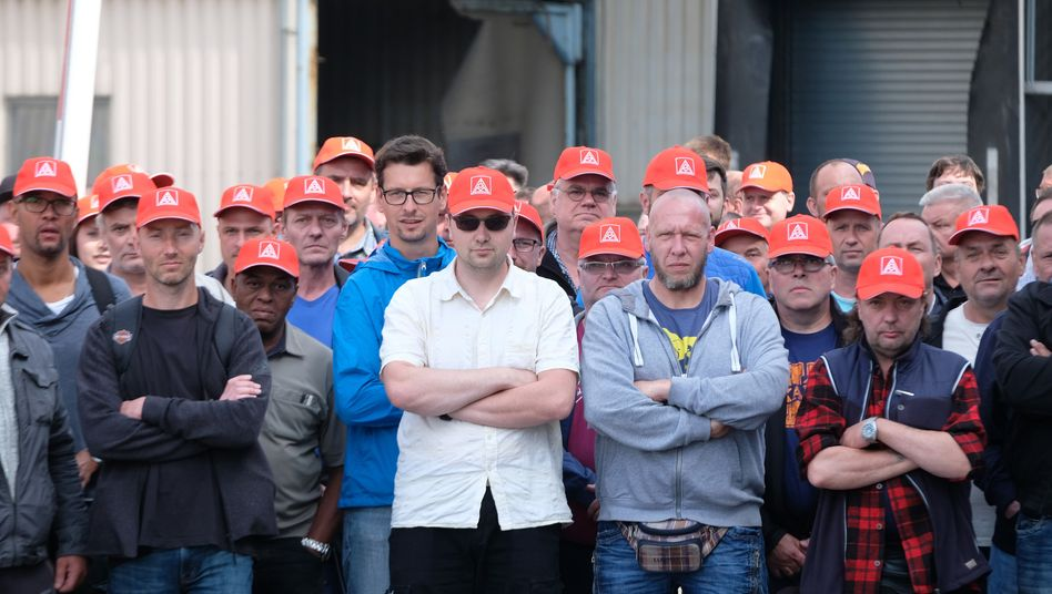 Fest entschlossen: Beschäftigte der Halberg Guss in Leipzig haben am Wochenende die Auslieferung von Motorenblöcken blockiert