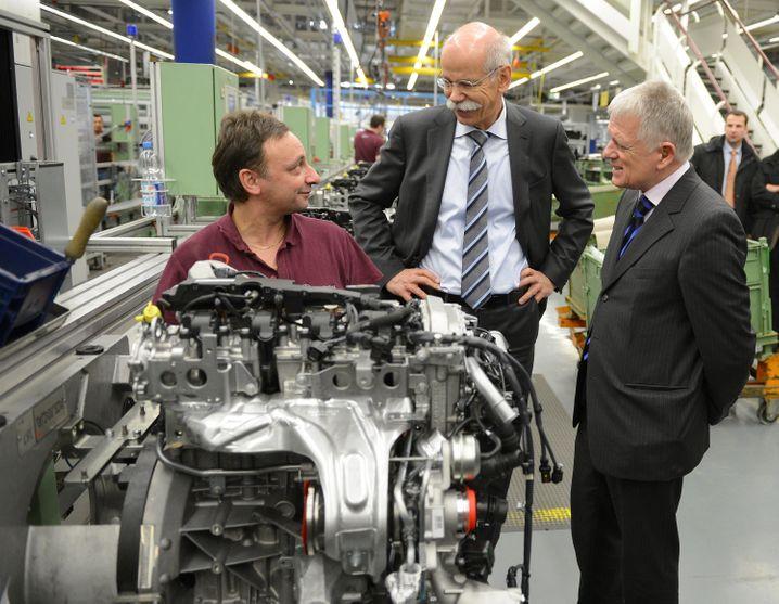 Neues Ruhrgebiet? Daimler-Chef Dieter Zetsche (M) und Stuttgarts Bürgermeister Fritz Kuhn (r) mit Arbeiter in der Motorenproduktion im Mercedes-Werk Untertürkheim