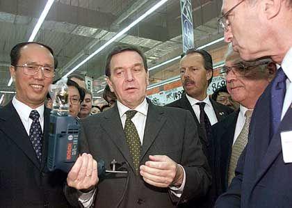 Kanzlerbesuch: Gerhard Schröder bei Obi in China