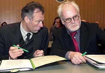 Mit ernsten Blicken in die Regierungskrise: Innensenator Ronald Schill und Staatsrat Walter Wellinghausen. Dem engen Vertrauten Schills wurde seit Monaten vorgeworfen, er habe nach seinem Amtsantritt als Staatsrat 2001 unangemeldete Nebentätigkeiten für eine Privatklinik ausgeführt