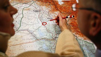 Krisenstab: Mitarbeiterin des Auswärtigen Amts über einer Landkarte des Irak