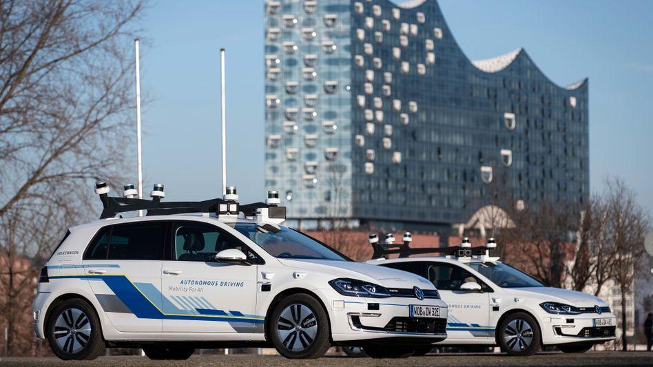 Mit solchen hochgerüsteten E-Golf-Fahrzeugen will VW das fahrerlose Fahren in Hamburg testen