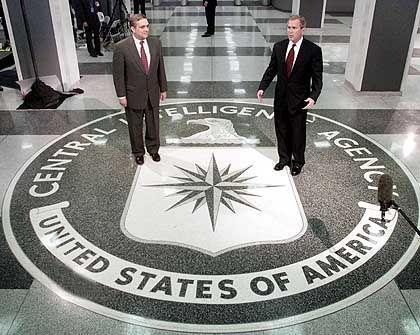"""""""Der einzige Grund ist meine Familie"""" George W. Bush mit CIA-Chef George Tenet"""