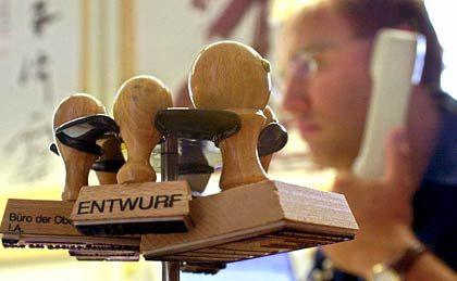 Auch Beamte wollen mehr: Der Deutsche Beamtenbund sieht seine Klientel seit Jahren von der Einkommensentwicklung abgekoppelt. Jetzt sei es auch bei den Staatsdienern Zeit für einen Zuschlag.