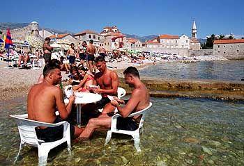 Gute Chancen auf mehr Tourismus: Kartenspieler am Strand in Budva
