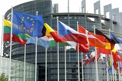 Preisschub in Europa:Flaggen der EU-Länder vor dem Parlament in Straßburg