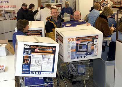 Abräumer: Medion liefert Computer an Aldi und stieg mit einem simplen Geschäftsmodell zum Angstgegner für Deutschlands etablierte PC-Händler auf. Stabil steigende Umsätze und ein sattes Gewinnplus stützen den Kurs ab.