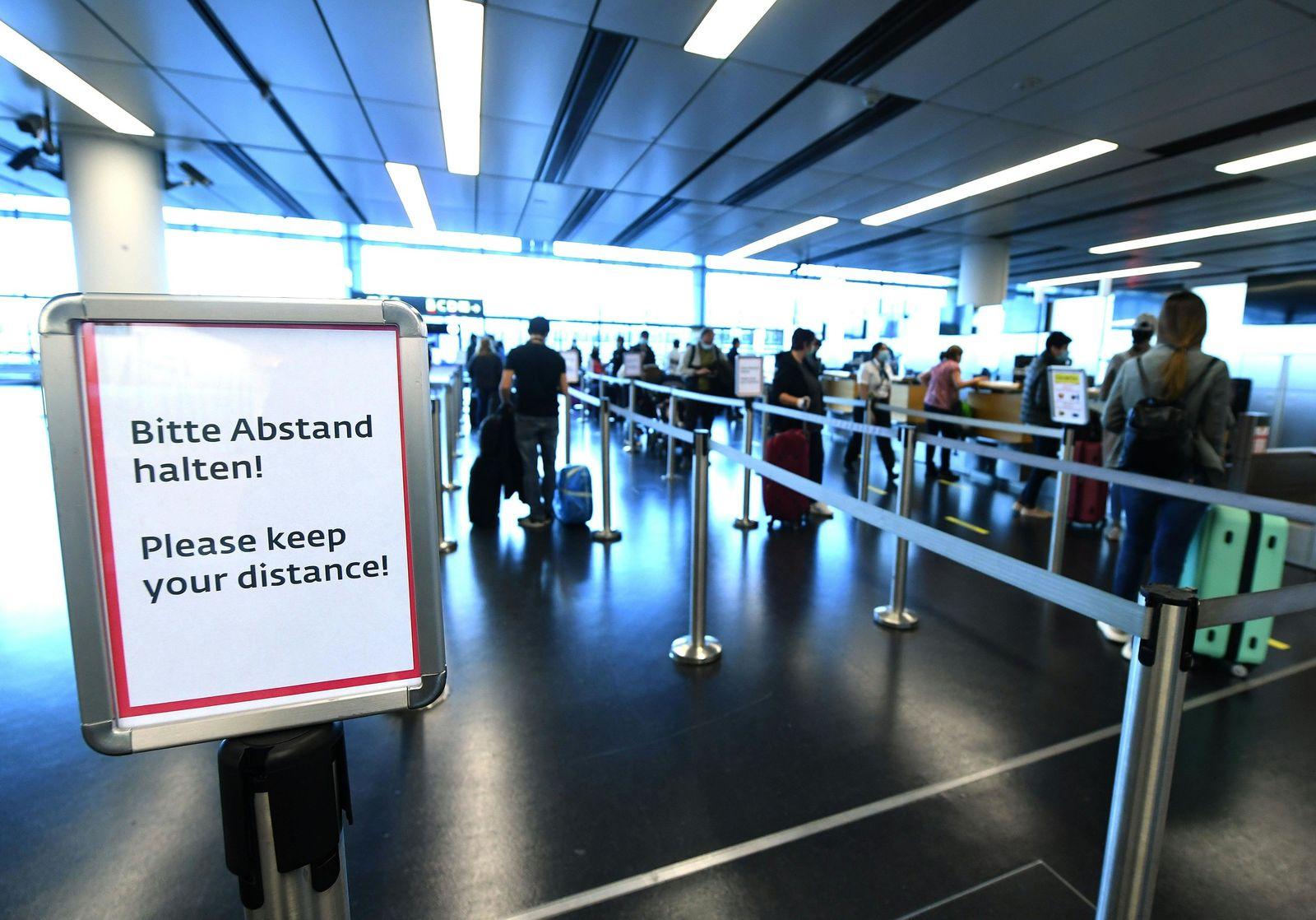 Passagiere beim Check-In / Flughafen