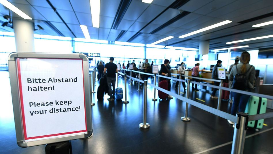 Spärliches Passagieraufkommen: Fluggäste beim Einchecken am Wiener Flughafen Schwechat