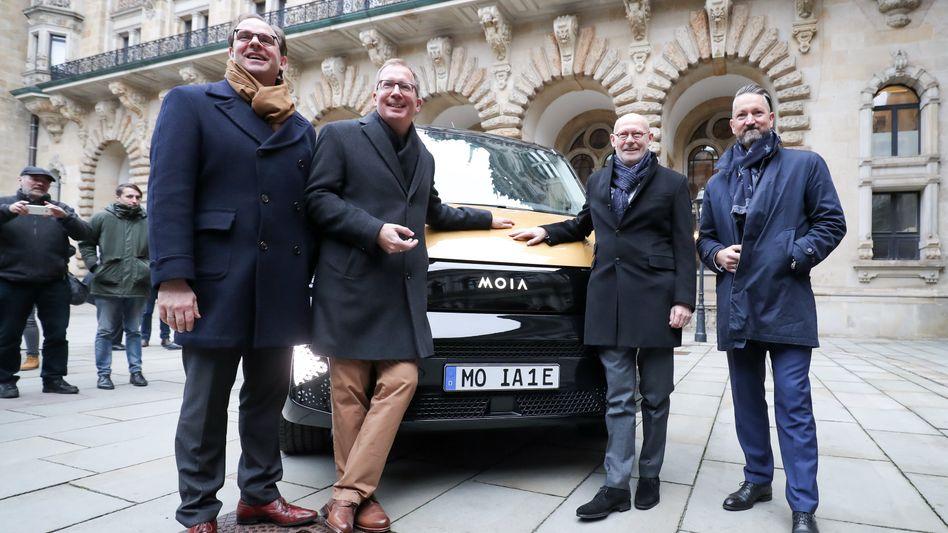 Start in Hamburg: Anfang Januar stellten sich der seinerzeitige Moia-Chef Ole Harms (rechts) und der jetzt neu ernannte Chef Robert Henrich (zweiter von links) gemeinsam der Presse.