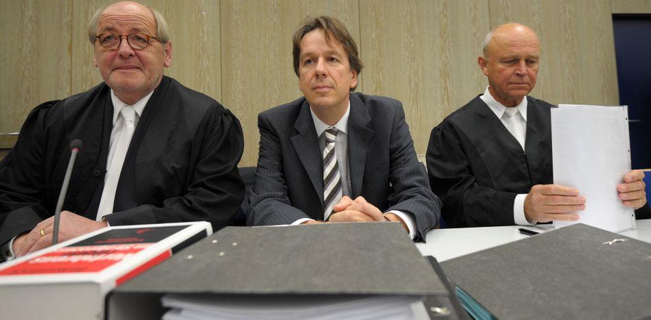 Trennung noch ohne Begründung: Jörg Kachelmann (M) mit seinen bisherigen Anwälten Reinhard Birkenstock (l) und Klaus Schroth (r)