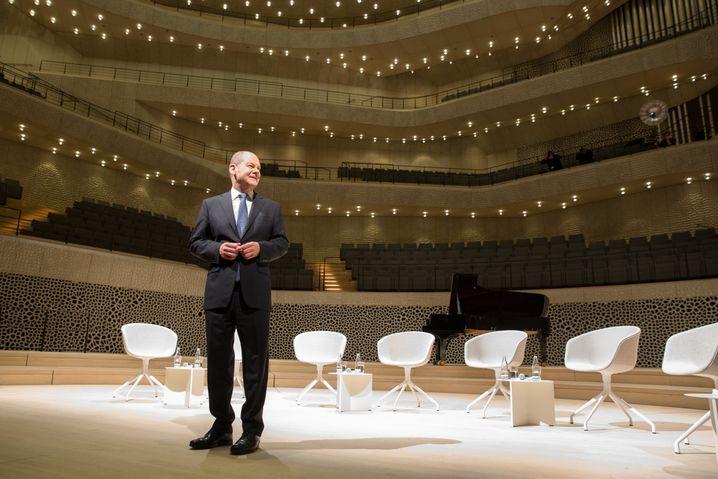 Stolzer Bürgermeister: Olaf Scholz präsentiert im November 2016 die fast fertige Elbphilharmonie
