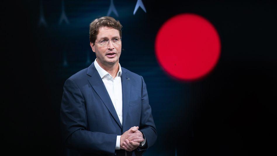 """Grüner Punkt statt roter Punkt: Daimler-Chef Ola Källenius hat die CO2-Vorgaben der EU dank """"enormem Hochlauf"""" bei E-Fahrzeugen wohl eingehalten"""