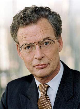 """Gerhard Cromme (62) hat sich an die Spitze der deutschen Corporate-Governance-Bewegung gestellt. """"Cromme-Kodex"""" heißt salopp das Regelwerk, in dem sich börsennotierte Firmen zu Wohlverhalten verpflichten. Der Berufskontrolleur sammelt Aufsehermandate wie andere Manager Aktienoptionen (Allianz, Eon, Lufthansa, Siemens, Suez, ThyssenKrupp) und steht dem """"European Round Table"""", einer Vereinigung europäischer Konzernchefs, vor."""