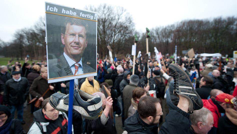 Protest gegen den Bundespräsidenten: Mit hochgehaltenen Schuhen stehen Demonstranten am Samstag vor Schloss Bellevue in Berlin.