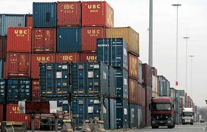 Hoch stapeln: In den Seehäfen stehen Container nutzlos herum. Das DIW macht Hoffnung für Ende 2009