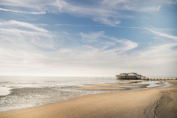 Stelzenhaus am Strand von St. Peter-Ording - die Pfahlbauten sind berühmt.