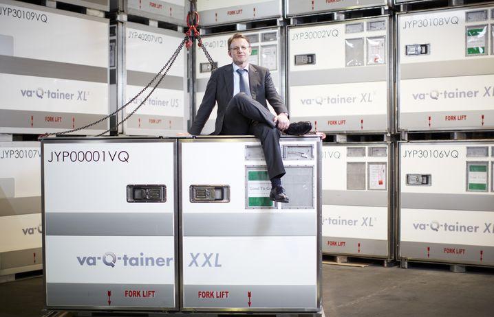 """""""Tolles Gefühl"""": Va-Q-Tec-Gründer und CEO Joachim Kuhn auf einer Kühlbox seines Unternehmens"""