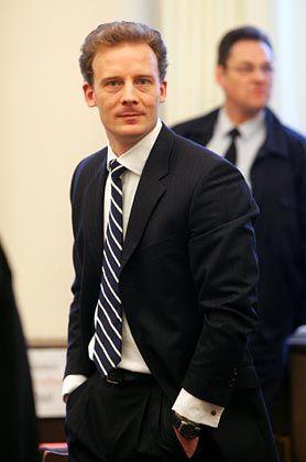 Immer ein Justizbeamter in der Nähe: Alexander Falk im Blickfeld des Gerichts