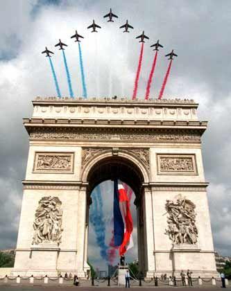 Vom Motor zum Bremsklotz: Jahrzehntelang lief die europäische Integration nach französischen Vorstellungen ab. Vom Schuman-Plan (1950) bis zur Einführung des Euro (1999) - stets war Paris in einer Führungsrolle. In einer Welt der Supermächte und der globalisierten Wirtschaft, so das Kalkül, könnte Frankreich nur als Teil Europas seine internationale Bedeutung behalten. Ein schwieriger Spagat zwischen nationaler Souveränität und europäischer Integration, an dem letztlich das Referendum scheiterte.