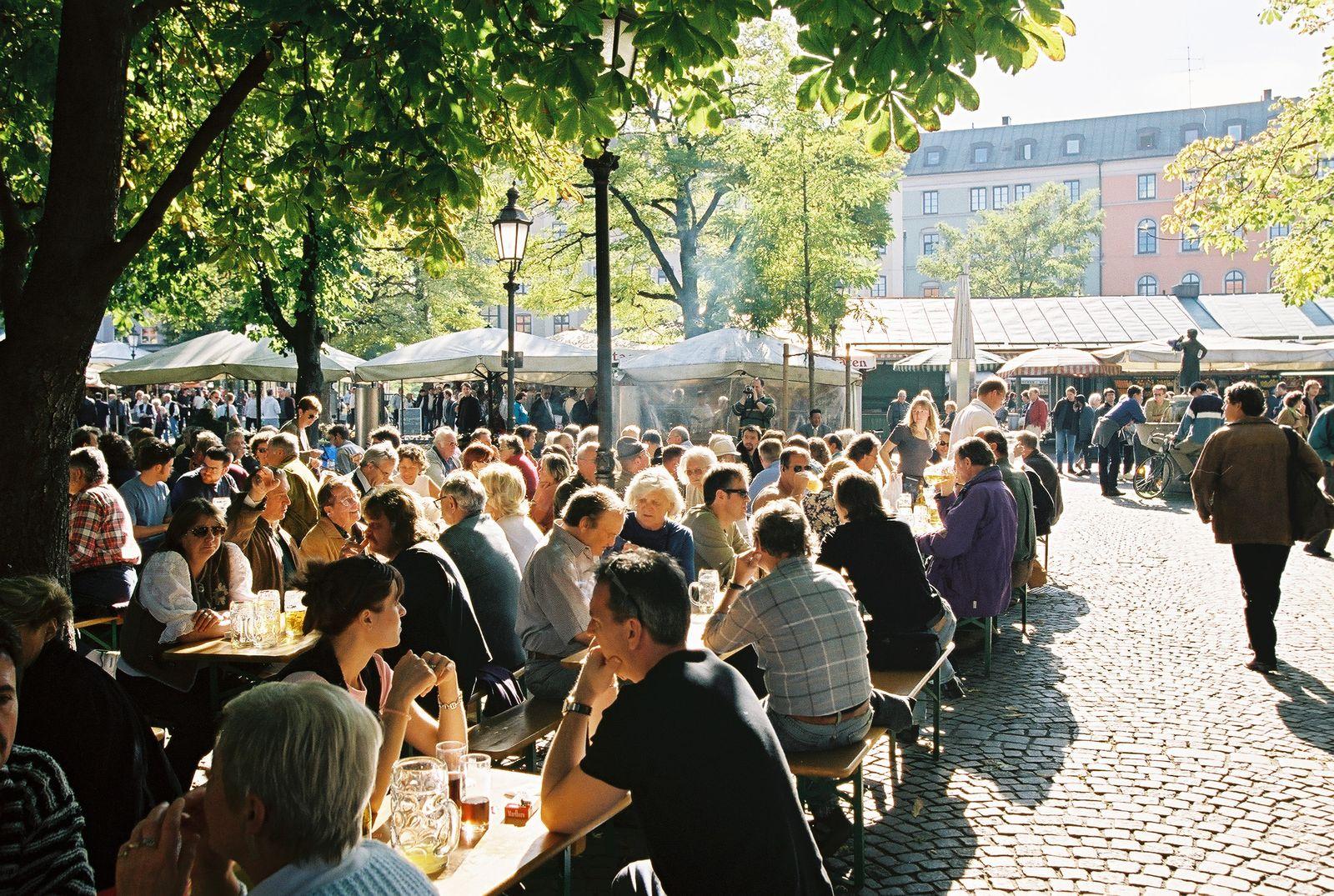 EINMALIGE VERWENDUNG Biergarten / Viktualienmarkt / München