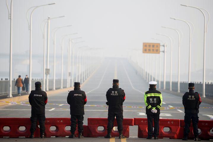 Polizisten riegeln die Brücke Jiujiang Yangtze River zur Provinz Hubei ab