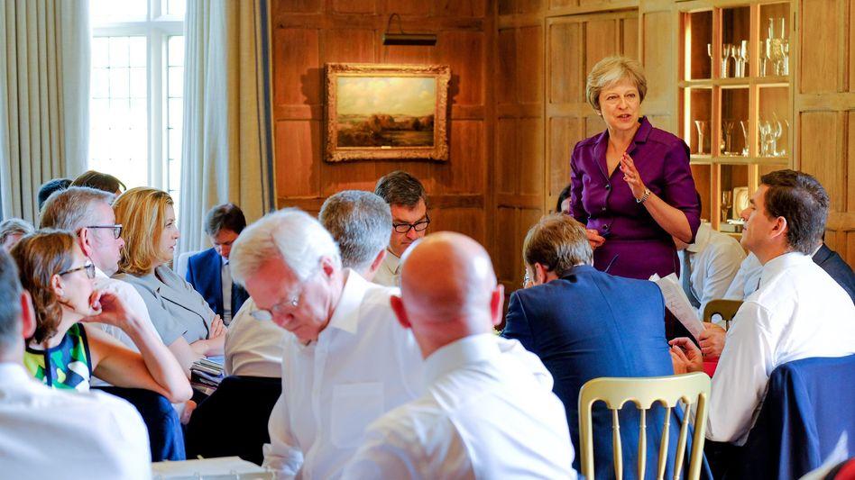 Premierministerin May mit Kabinett: Einigung auf Brexit-Kurs