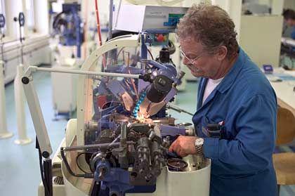 Ulysse Nardin: In der expandierenden Manufaktur in Le Locle werden mit maschineller Hilfe auch höchst skurrile Zeitmesser gebaut.