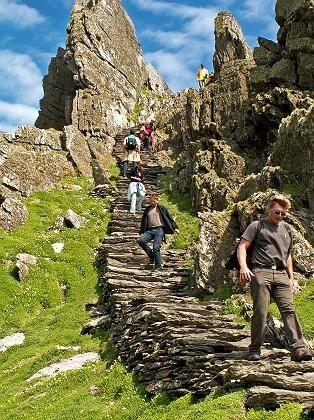 """Steiler Aufstieg: Die """"Monk's Staircase"""" auf der Insel Skellig Michael führt zur einstigen Mönchssiedlung hoch über dem Meer"""