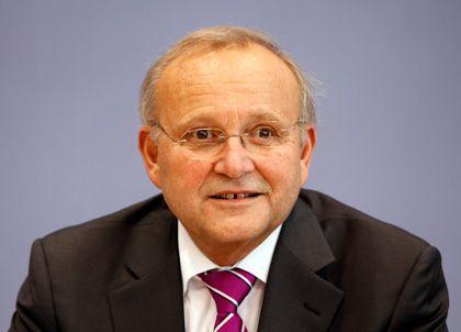 """Wolfgang Franz, Chef der Wirtschaftsweisen: """"Im Hotel schlafe ich am besten in einem ruhigen Zimmer auf einer nicht zu weichen Matratze. In schwierigen Situationen hilft mir ein Glas guter Rotwein beim Ein- schlafen. Be- sonders erquickend schlummere ich im Urlaub in Flims, Schweiz."""""""
