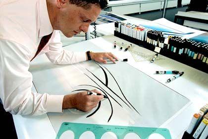 Die Suche nach der Linie: Wagener beim Zeichnen - nach eigenem Bekunden kommt er nur noch in Meetings dazu, Entwurfsskizzen anzufertigen