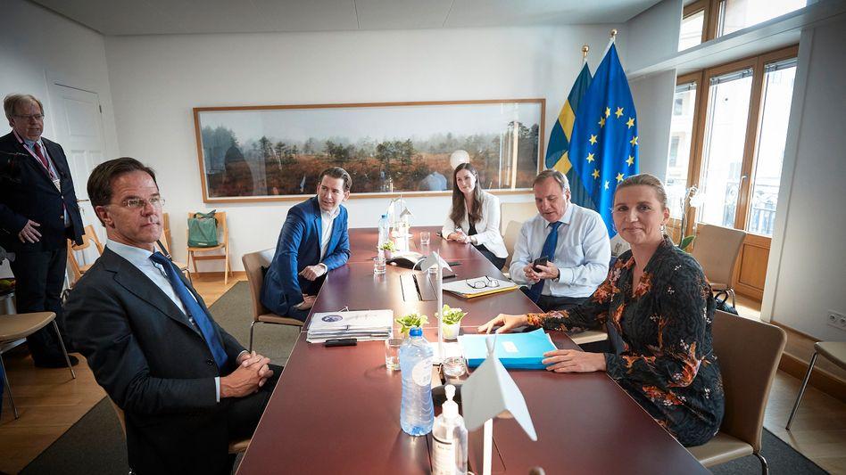 """Die """"Sparsamen Vier"""" sind jetzt zu fünft: Zu Mark Rutte, dem Ministerpräsidenten der Niederlande (ganz links), Sebastian Kurz (Zweiter von links), Bundeskanzler von Österreich, Mette Frederiksen (rechts), Ministerpräsidentin von Dänemark, und Stefan Löfven (Zweiter von rechts), Ministerpräsident von Schweden, gesellt sich Sanna Marin (Mitte), die Ministerpräsidentin von Finnland."""