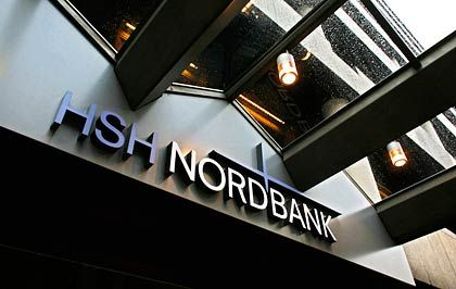 In der Schieflage: Noch ist unklar, ob und in welcher Form die HSH Nordbank das Rettungspaket der Bundesregierung in Anspruch nehmen wird.