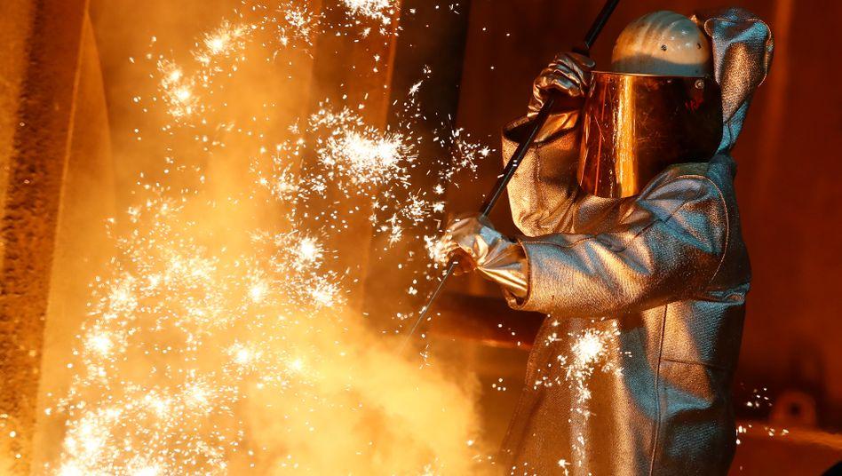 Thyssenkrupp-Arbeiter in einem Stahlwerk in Duisburg
