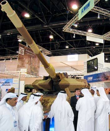 Waffenmesse in Abu Dhabi: Bislang hat der Staatsfonds Ipic sein Geld überwiegend in petrochemische Unternehmen investiert