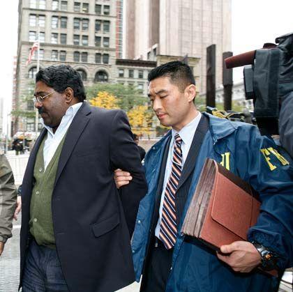 Hedgefondsmanager Raj Rajaratnam bei seiner Festnahme: Anklage auch wegen Verschwörung