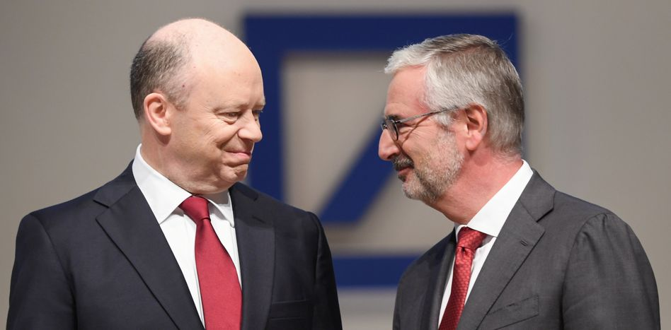 Der Co-Vorstandsvorsitzende der Deutschen Bank, John Cryan (l), und der Aufsichtsratsvorsitzende Paul Achleitner