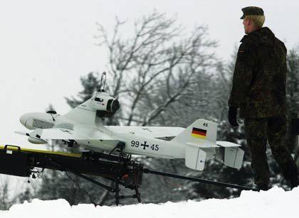 Drohne für den Papierkorb: Unbemannte Flugkörper, so genannte Drohnen, setzt die Bundeswehr zur Aufklärung ein. Ein Projekt der jüngeren Zeit allerdings stürzte schon vor dem Start ab. Die Entwicklung einer Drohne zur elektronischen Kriegsführung gestaltete sich derart schwierig, dass die Verantwortlichen das Projekt abbrachen. Kostenpunkt: 17,4 Millionen Euro. Nun prüfte das Verteidigungsministerium auf Anregung des Rechnungshofes, ob es ausreicht, dass die Verbündeten diese Technik haben. (Foto: Drohne der Bundeswehr)